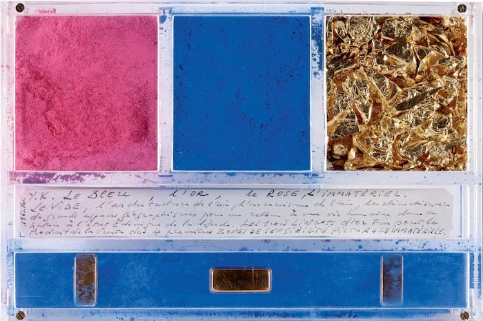 Yves-Klein-ex-voto-dedicato-a-Santa-Rita-da-Cascia-1961.-Pigmento-foglie-d'oro-barre-dorate-e-manoscritto-in-una-scatola-di-plexiglas-14-x-21-x-32-cm.-©-Yves-Klein-ADAGP-Paris-2014