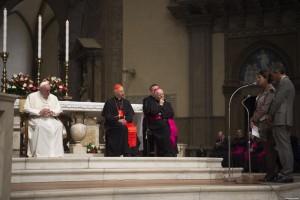 Firenze, 10 novembre 2015. Il 5° Convegno Ecclesiale Nazionale. Papa Francesco in Duomo, ascolta una testimonianza dei partecipantii.